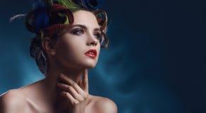 Retrato da beleza de um modelo bonito com penteado colorido Fotografia de Stock Royalty Free