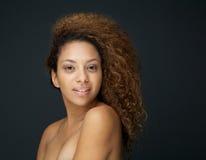 Retrato da beleza de uma jovem mulher com ombros despidos Foto de Stock
