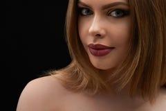 Retrato da beleza de uma jovem mulher labiada completa impressionante foto de stock