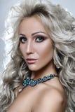 Retrato da beleza de uma mulher fotografia de stock royalty free