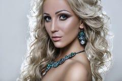 Retrato da beleza de uma mulher imagens de stock royalty free