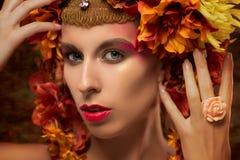 Retrato da beleza de uma mulher bonita imagem de stock
