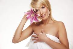 Retrato da beleza de uma mulher com uma flor Fotografia de Stock Royalty Free