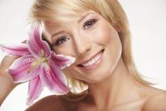 Retrato da beleza de uma mulher com uma flor Imagem de Stock