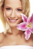 Retrato da beleza de uma mulher com uma flor Fotografia de Stock