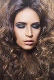 Retrato da beleza de uma mulher nova e lindo imagens de stock