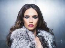Retrato da beleza de uma mulher nova e lindo fotos de stock royalty free