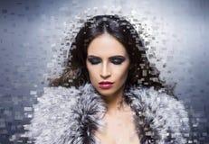 Retrato da beleza de uma mulher nova e lindo foto de stock royalty free
