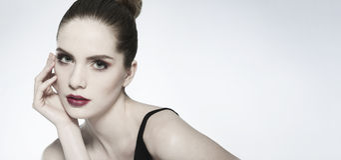 Retrato da beleza do close-up de uma jovem mulher que olha a câmera Foto de Stock Royalty Free