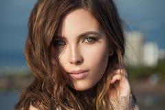 Retrato da beleza do close up da mulher bonita Face modelo bonita foto de stock royalty free