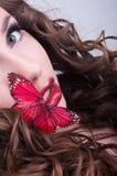 Retrato da beleza do estúdio com borboleta vermelha imagem de stock