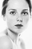 Retrato da beleza do estúdio da mulher preto e branco com cabelo longo fotografia de stock