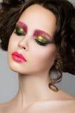 Retrato da beleza do modelo moreno novo com composição líquida do látex Fotos de Stock Royalty Free
