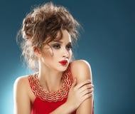 Retrato da beleza. Menina bonita no vestido vermelho imagens de stock