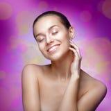 Retrato da beleza. Mulher bonita que toca em sua cara. foto de stock royalty free