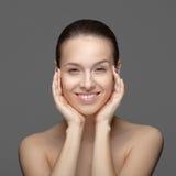 Retrato da beleza. Mulher bonita que toca em sua cara foto de stock royalty free