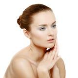 Retrato da beleza. Mulher bonita que toca em sua cara. fotos de stock royalty free