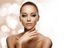 Retrato da beleza Mulher bonita que toca em sua face Imagens de Stock Royalty Free