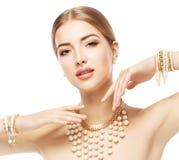 Retrato da beleza da mulher, bracelete da colar de Jewelry do modelo de forma Fotografia de Stock Royalty Free