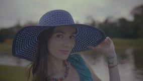 Retrato da beleza da mulher encantador no chapéu do sol video estoque