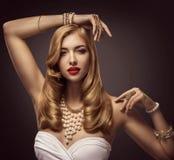Retrato da beleza da mulher, modelo de forma que levanta a colar da joia imagens de stock
