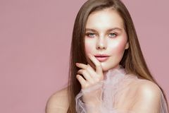 Retrato da beleza da mulher, Touching Face Lips modelo, composição bonita da menina e pregos foto de stock royalty free