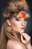 Retrato da beleza nas penas Fotografia de Stock Royalty Free