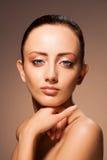 Retrato da beleza no fundo do chocolate Fotografia de Stock Royalty Free
