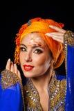 Retrato da beleza oriental em uma arte do turbante e da cara Fotografia de Stock Royalty Free