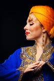 Retrato da beleza oriental em uma arte do turbante e da cara Imagem de Stock
