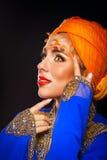 Retrato da beleza oriental em uma arte do turbante e da cara Imagem de Stock Royalty Free