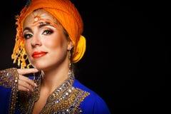 Retrato da beleza oriental em uma arte do turbante e da cara Imagens de Stock