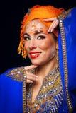 Retrato da beleza oriental em uma arte do turbante e da cara Fotografia de Stock