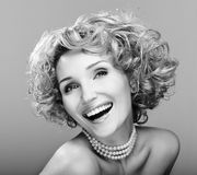 Retrato da beleza que ri a mulher nova imagem de stock royalty free