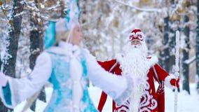 Retrato da câmera rindo nova da neve bonita e pai Frost que vem para ela vídeos de arquivo