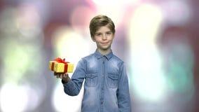 Retrato da caixa de presente bonita da terra arrendada da criança
