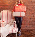 Retrato da caixa de presente de sorriso feliz nova ocasional da posse da mulher outra vez Fotos de Stock Royalty Free