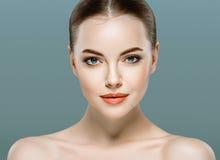 Retrato da cara da mulher da beleza Girl modelo bonito com pele limpa fresca perfeita Fotografia de Stock