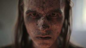 Retrato da cara de um militar no sangue e na sujeira video estoque