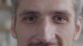 Retrato da cara do corte do homem de sorriso que olha a câmera que aprecia o estilo de vida executivo no fundo de uma cozinha mod vídeos de arquivo