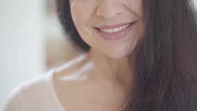 Retrato da cara do corte da mulher superior com os bordos de sorriso e o cabelo escuro longo lindo que têm o sorriso largo agradá vídeos de arquivo
