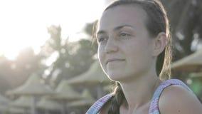 Retrato da cara do ` s da jovem mulher na praia vídeos de arquivo