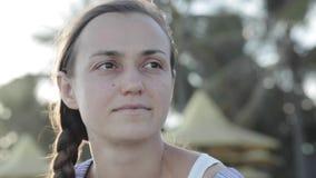 Retrato da cara do ` s da jovem mulher na praia video estoque