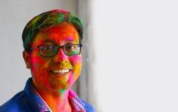 Retrato da cara indiana do homem pintada com as cores que sorriem com espaço aberto dos olhos para o texto fotografia de stock