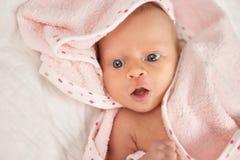 Retrato da cara recém-nascida do bebê com boca aberta Fotos de Stock Royalty Free