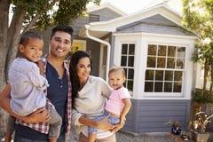 Retrato da casa exterior ereta da família fotografia de stock royalty free