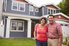 Retrato da casa exterior ereta dos pares latino-americanos superiores fotos de stock royalty free