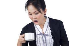 Retrato da chávena de café da posse da mulher de negócio Fotos de Stock