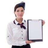 Retrato da comissária de bordo nova com a prancheta vazia isolada no wh fotografia de stock royalty free