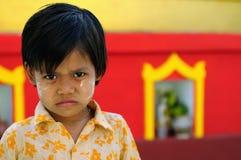 Retrato da criança burmese em relação aos templos budistas em Burma fotos de stock